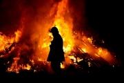 Berdiri Di Tengah Api